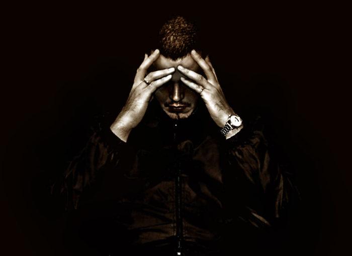 W nastroju o charakterze depresyjnym mówi się o takich stanach emocjonalnych jak rozpacz, smutek, bezsilność czy przygnębienie.