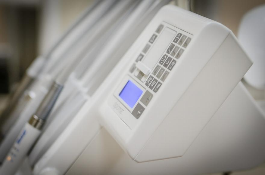 Obecnie gabinety stomatologiczne są tak przystosowane aby zapewnić pacjentowi wizytę komfortową, a leczenie jak najmniej bolesne