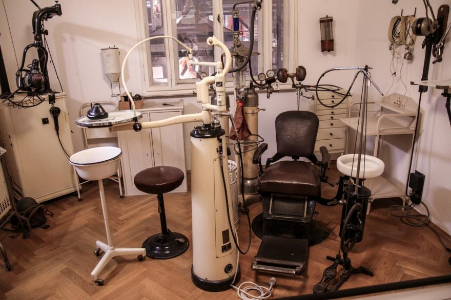 Dentofobia, określana również odontofobią, to silny strach przed dentystą, w wyniku którego pacjent przesadnie reaguje już na myśl o wizycie w gabinecie stomatologicznym.