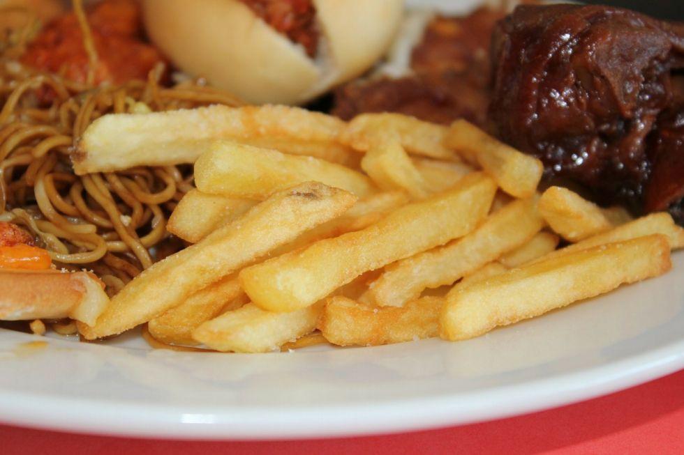 Produkty bogate w tyraminę, których należy unikać to: ser żółty, sos sojowy, wędzone i marynowane produkty, tłuste mięsa