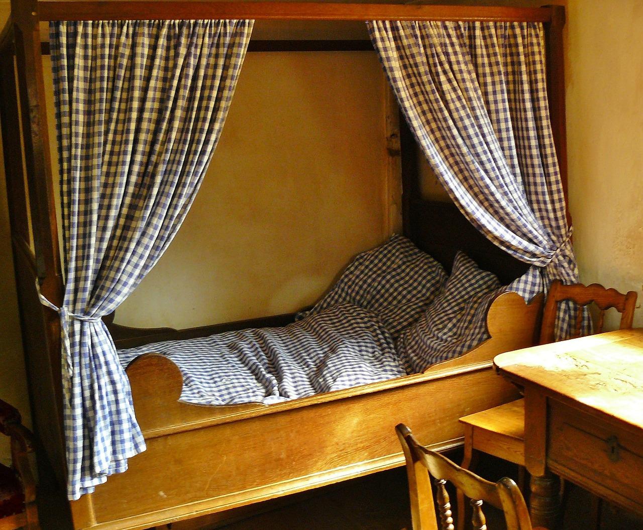 Sypialnia powinna być cicha, ciemna i chłodna. Warto zainstalować rolety, chroniące przed światłem z ulicy