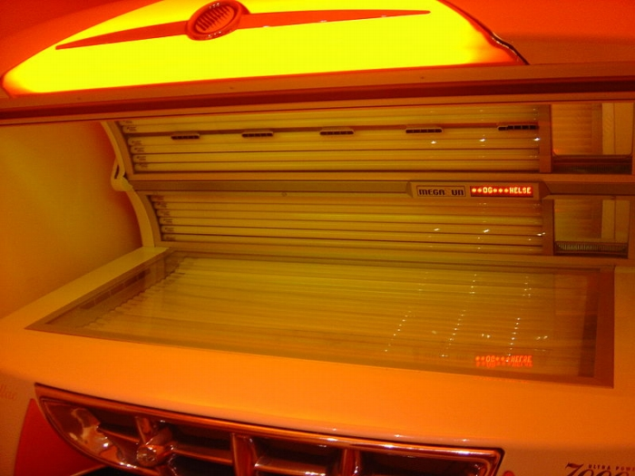 Tanning bed - an indoor Cadillac-stylized tanning bed produced by MegaSun. Author: Froztbyte