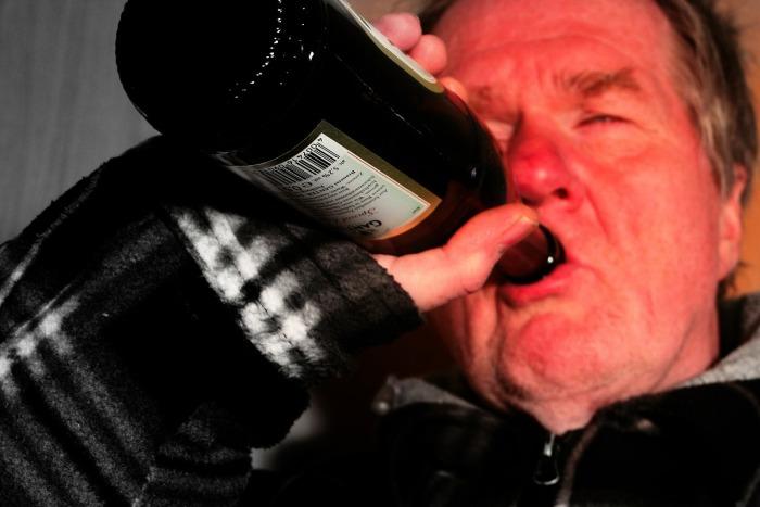 Osoby uzależnione piją pomimo wystąpienia negatywnych skutków zdrowotnych oraz społecznych