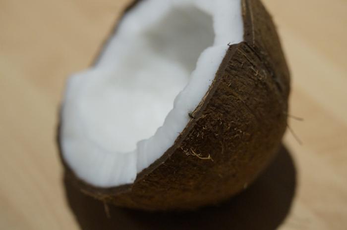 Woda kokosowa to płyn pochodzący z wnętrza młodego, zielonego jeszcze owocu kokosa.