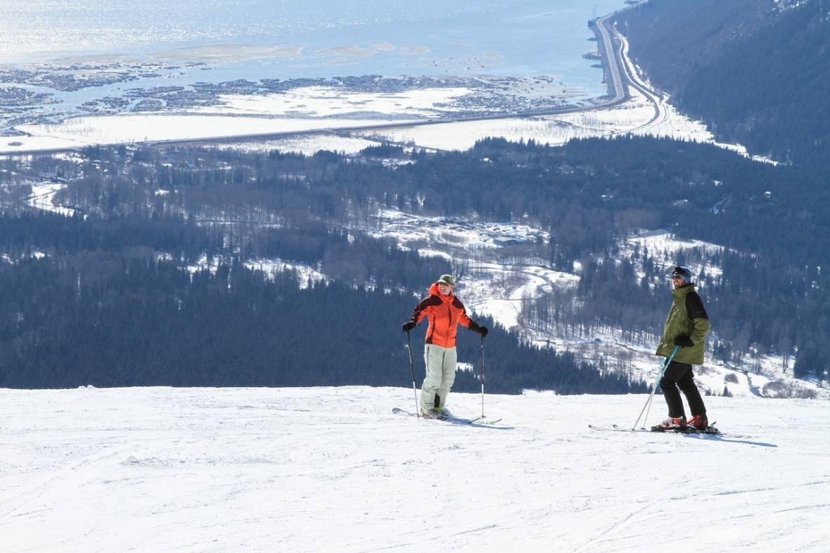Jeśli chodzi o bezpieczeństwo i wypadki to znacznie częściej ulegają im narciarze.