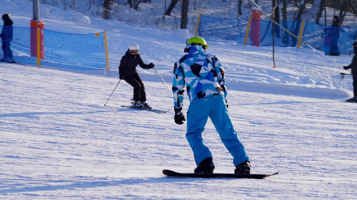 Mitem jest, że jazda na snowboardzie jest bardziej niebezpieczna od szusowania na nartach.
