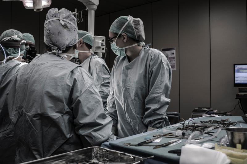 Operacja zmiany płci u transkobiet polega na uformowaniu genitaliów przypominających kobiece z męskiego penisa