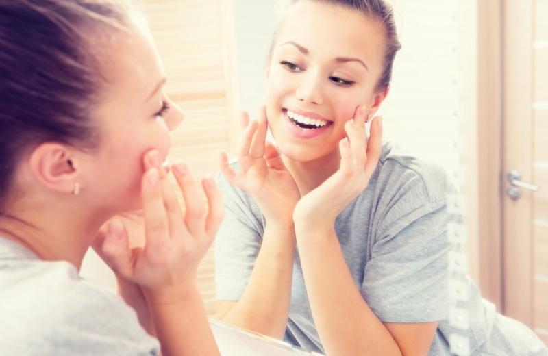 Wraz z wiekiem skóra twarzy ulega wielu przemianom, którym towarzyszyć może lęk przed utratą atrakcyjnego wyglądu. Chociaż nie można uniknąć starzenia się skóry, to dzięki właściwej pielęgnacji możliwe jest skuteczne opóźnianie tego procesu oraz niwelowanie jego negatywnych skutków.